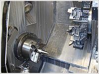 機械ではできない部分は手作業で細かく調整します。